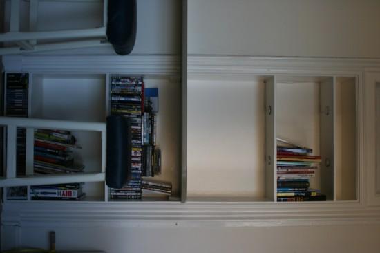Bar en boekenkast in deuropening