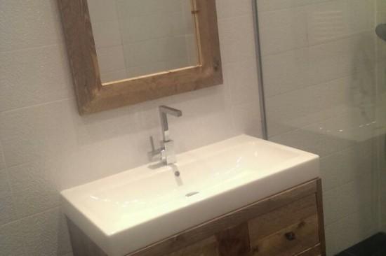 Steigerhouten wastafelmeubel en spiegel