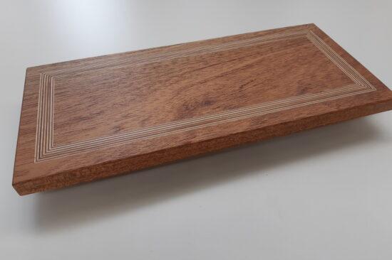 Hardhouten serveerplank met berkenmultiplex inleg.