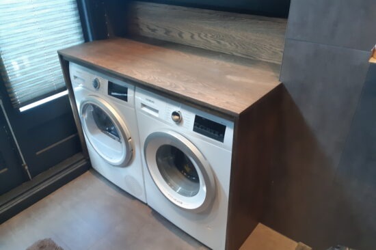 Eiken schoorsteenmantel en wasmachine droger ombouw.